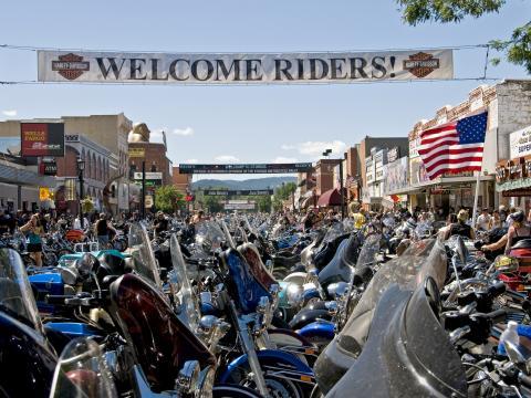 Motocicletas bordean las calles de Sturgis para la carrera anual en agosto