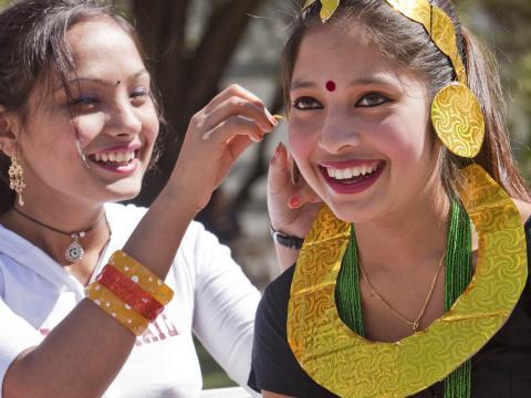 Muchachas felices en el festival folclórico Tucson Meet Yourself