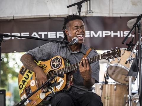 Un artista en Center for Southern Folklore Festival