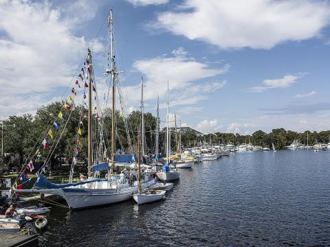 Orgullosos participantes en el Madisonville Wooden Boat Festival