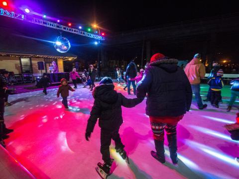 La bola de espejos de Stroll on State anima el patinaje sobre hielo