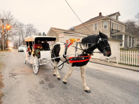 Un carruaje tirado con caballos en el Elsah Historic Home Tour