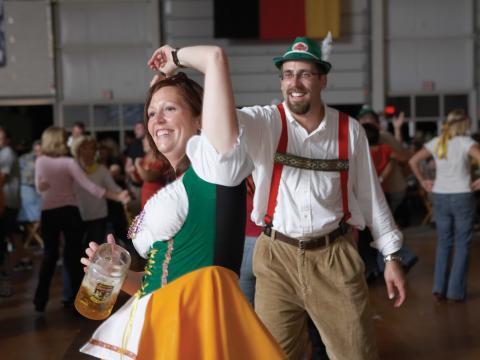Bailando con trajes alemanes tradicionales en Oktoberfest