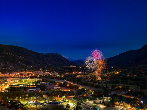Fuegos artificiales iluminando el cielo en Glenwood Springs