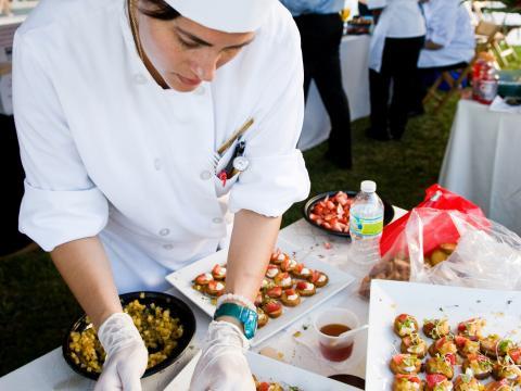 Un chef preparando muestras en Flavor Palm Beach en Florida